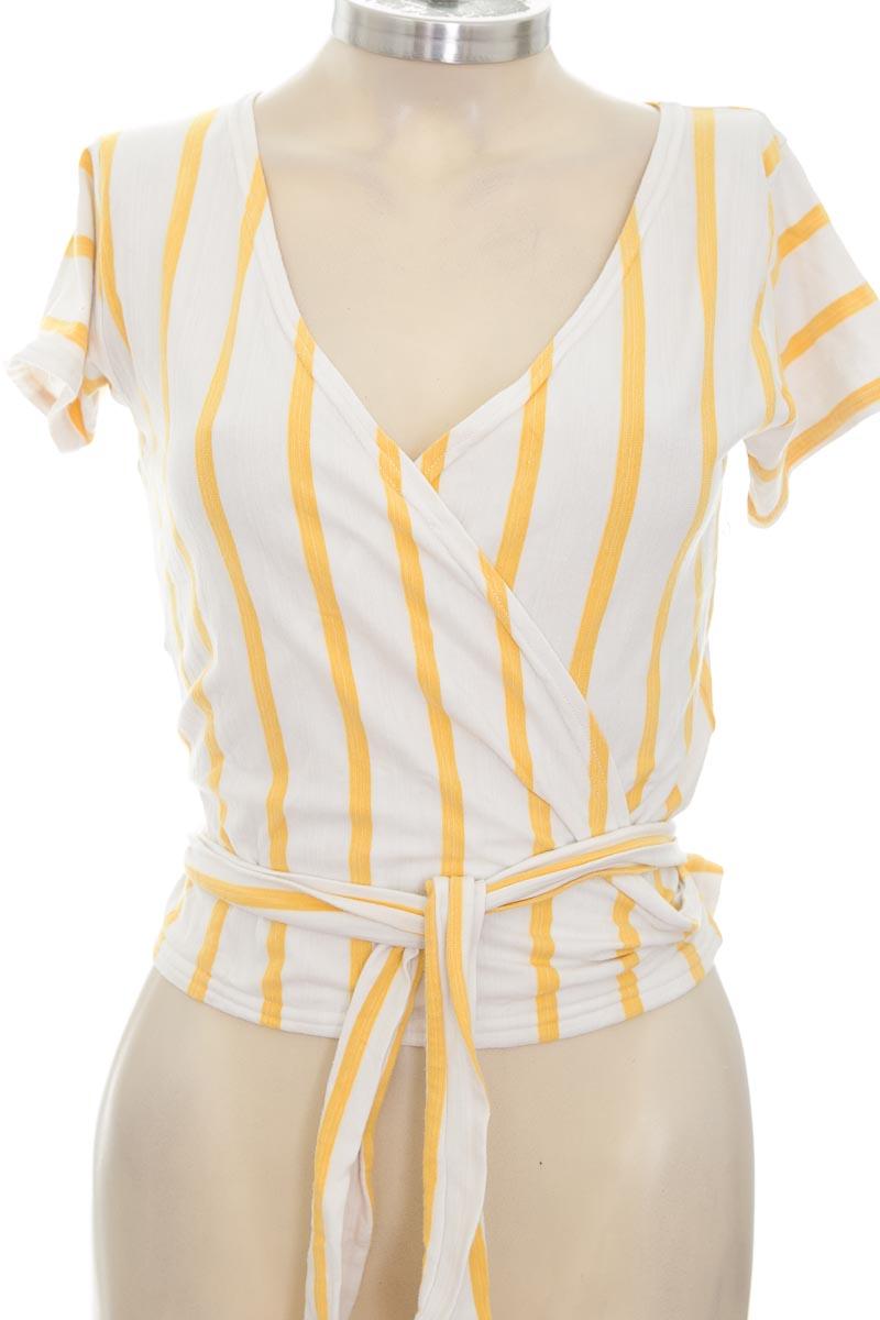 Top / Camiseta color Amarillo - Closeando